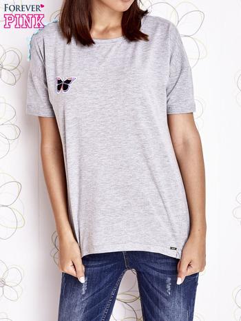 Szary t-shirt z naszywką motyla i pomponami                                  zdj.                                  1
