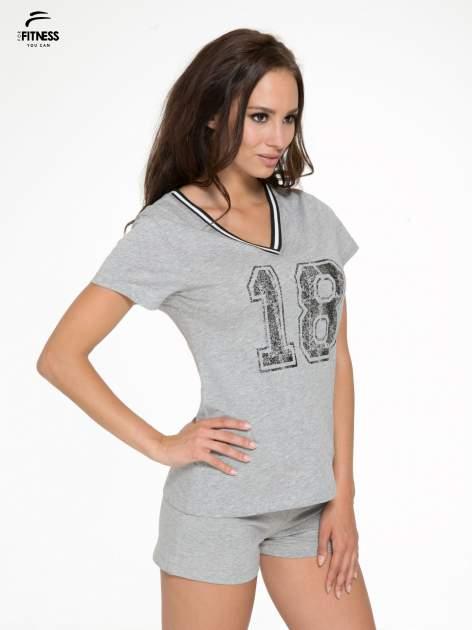 Szary t-shirt z numerem i sportową lamówką w stylu college                                  zdj.                                  3