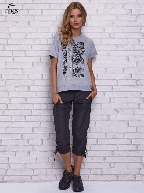 Szary t-shirt z palmowym nadrukiem                                  zdj.                                  4