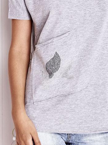 Szary t-shirt z ukośną kieszenią i dżetami                                  zdj.                                  4