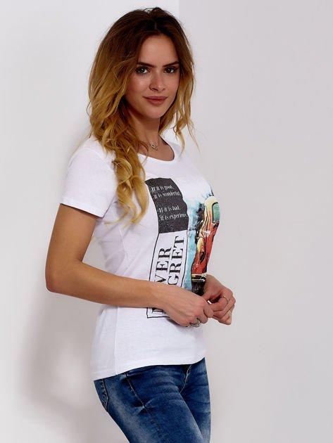 T-shirt biały z motywem samochodu                              zdj.                              3