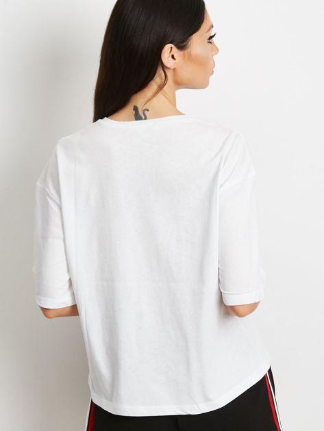 T-shirt biały z napisem i graficznymi taśmami                              zdj.                              5