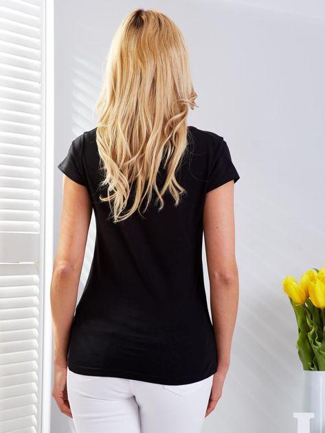 T-shirt czarny z motywem samochodu                              zdj.                              2