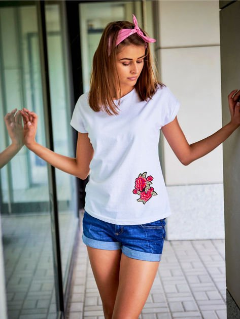 T-shirt damski biały z naszywką                              zdj.                              1