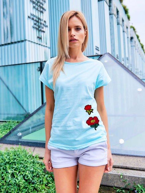 T-shirt damski turkusowy z naszywkami FLOWERS                              zdj.                              1