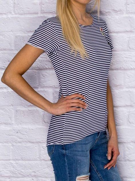 T-shirt damski w drobne paski z naszywkami granatowy                               zdj.                              3