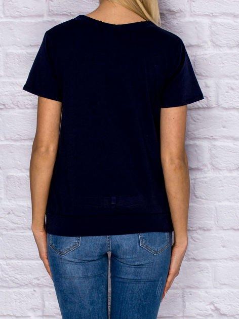 T-shirt damski z wiązaniem i naszywkami granatowy                                  zdj.                                  2