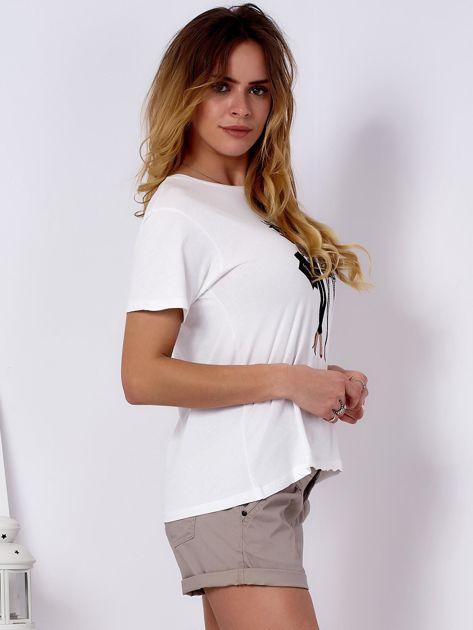T-shirt ecru z kobiecą naszywką                              zdj.                              3