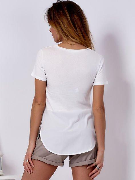 T-shirt ecru z wypukłą aplikacją i koszulą                              zdj.                              2