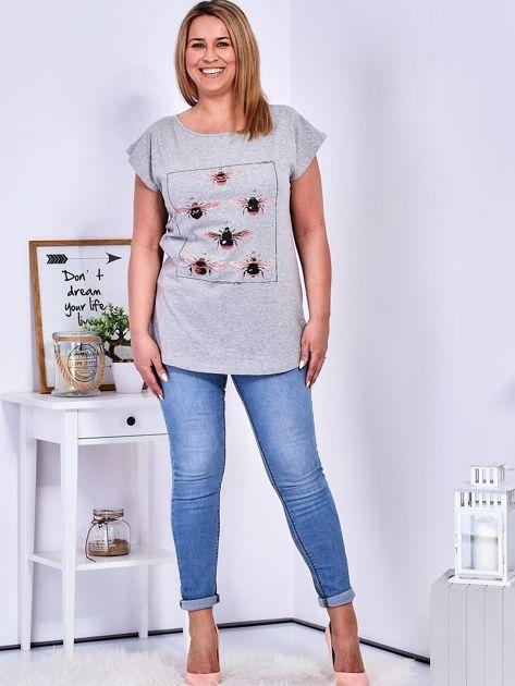 T-shirt jasnoszary z nadrukiem owadów PLUS SIZE                              zdj.                              4