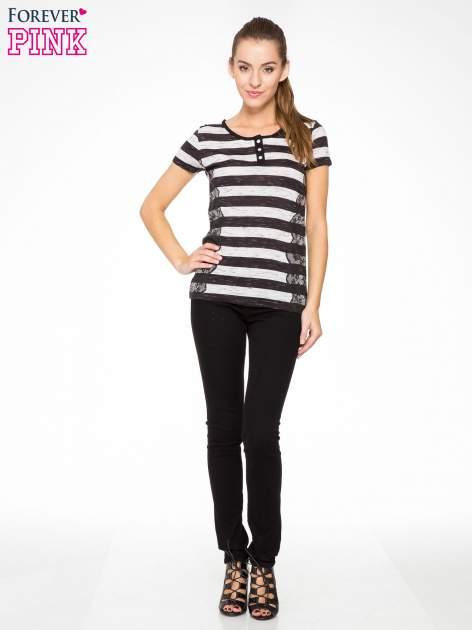 T-shirt w biało-czarne paski z koronkowymi wstawkami                                  zdj.                                  5