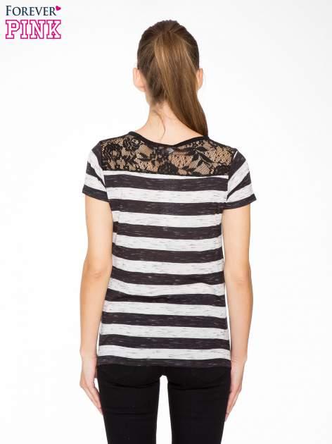 T-shirt w biało-czarne paski z koronkowymi wstawkami                                  zdj.                                  4