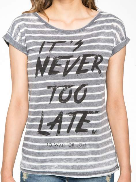 T-shirt w paski z napisem IT'S NEVER TOO LATE                                   zdj.                                  7