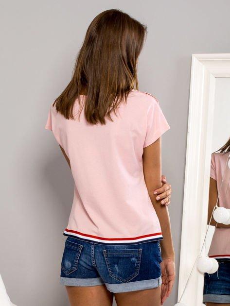 T-shirt z kolorową lamówką różowy                              zdj.                              3