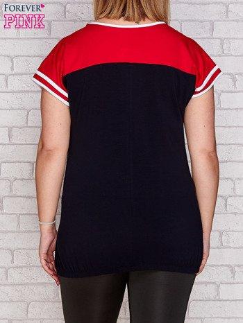 T-shirt z nadrukiem granatowo-czerwony PLUS SIZE                              zdj.                              2