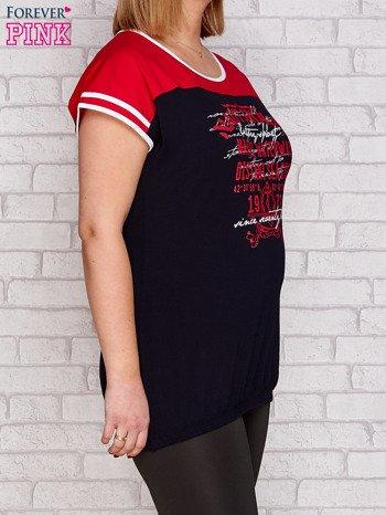 T-shirt z nadrukiem granatowo-czerwony PLUS SIZE                              zdj.                              3