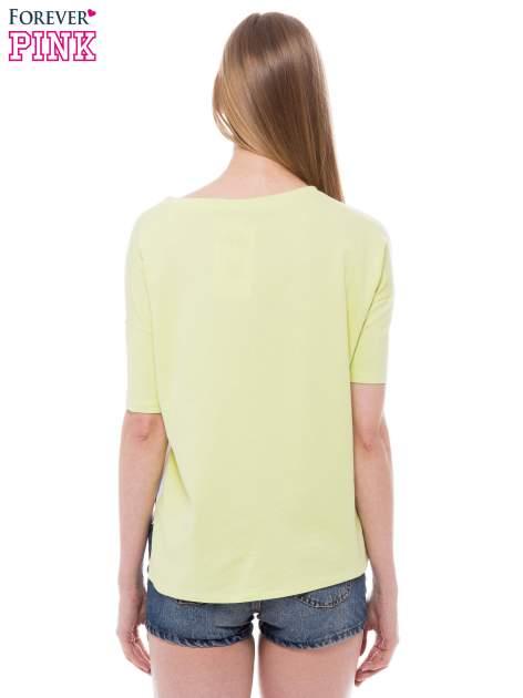 T-shirt z nadrukiem i dłuższym tyłem w zielonym kolorze                                  zdj.                                  3