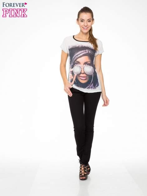 T-shirt z nadrukiem w stylu glam i czarnym tyłem                                  zdj.                                  5