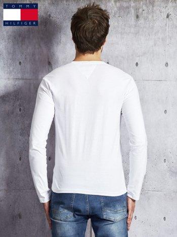 TOMMY HILFIGER Biała bluzka męska z tekstowym printem                                  zdj.                                  2