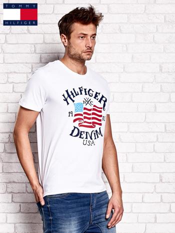 TOMMY HILFIGER Biały t-shirt męski z nadrukiem flagi                                  zdj.                                  2