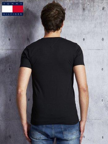TOMMY HILFIGER Czarny t-shirt męski z napisem                               zdj.                              2