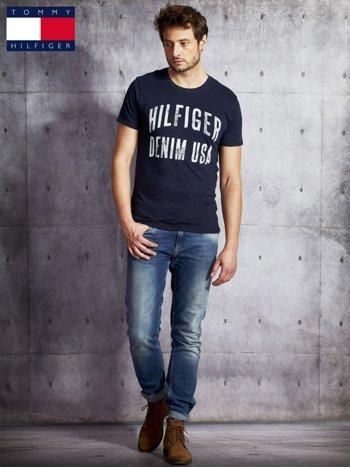 TOMMY HILFIGER Granatowy t-shirt męski z napisem                               zdj.                              4