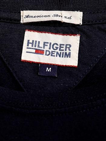 TOMMY HILFIGER Granatowy t-shirt męski z napisem HILFIGER DENIM                                  zdj.                                  4