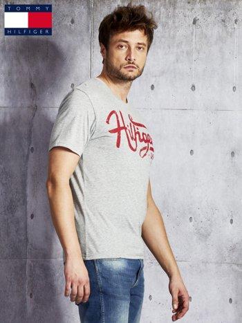 TOMMY HILFIGER Szary t-shirt męski z czerwonym nadrukiem                                   zdj.                                  5