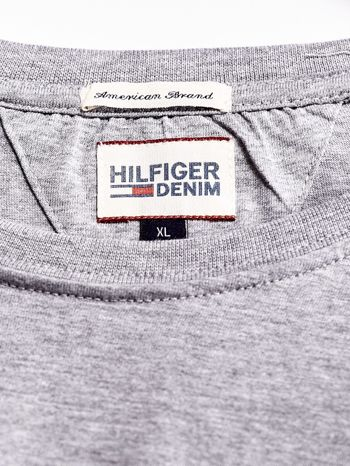 TOMMY HILFIGER Szary t-shirt męski z napisem HILFIGER DENIM                                  zdj.                                  4