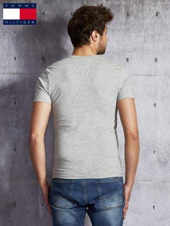TOMMY HILFIGER Szary t-shirt męski z pomarańczowym nadrukiem                               zdj.                              2