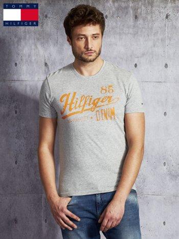 TOMMY HILFIGER Szary t-shirt męski z pomarańczowym nadrukiem                               zdj.                              1