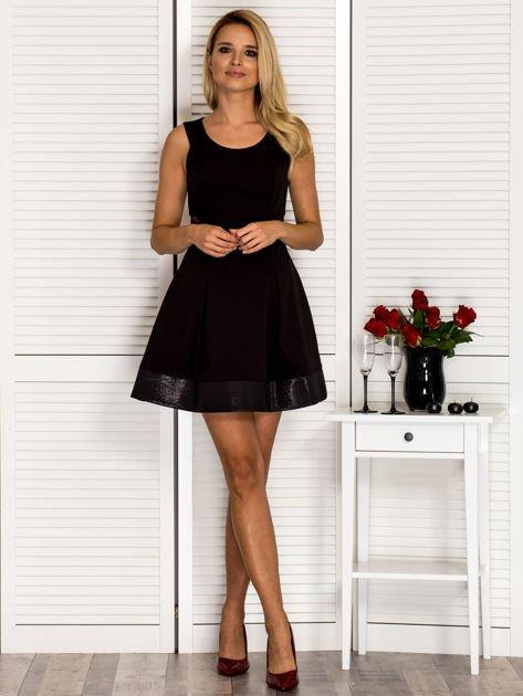 Trapezowa sukienka koktajlowa z zakładkami czarna PLUS SIZE                              zdj.                              4