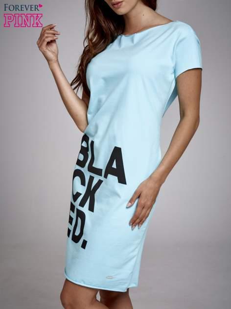 Turkusowa sukienka dresowa z napisem BLACKED                                  zdj.                                  3