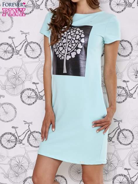 Turkusowa sukienka dresowa ze srebrnym printem drzewa                                  zdj.                                  3