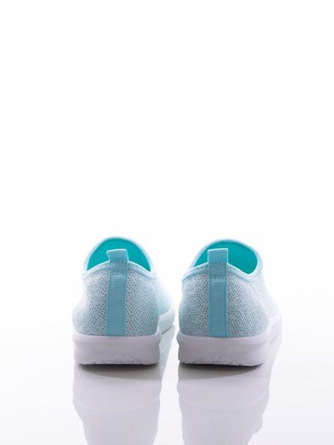 Turkusowe dzianinowe buty sportowe z błyszczącą nitką na bialej podeszwie                              zdj.                              3