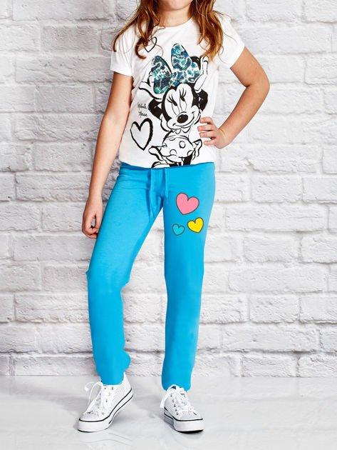 Turkusowe spodnie dresowe dla dziewczynki z nadrukiem serc                              zdj.                              4