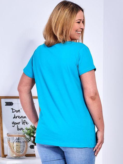 Turkusowy t-shirt z napisem z perełek PLUS SIZE                              zdj.                              2