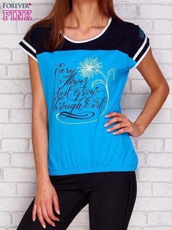 Turkusowy t-shirt z tekstowym nadrukiem                               zdj.                              1