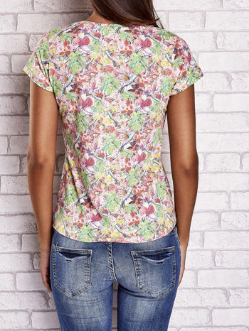 Wzorzysty t-shirt z motywem roślinnym i napisami                                  zdj.                                  2