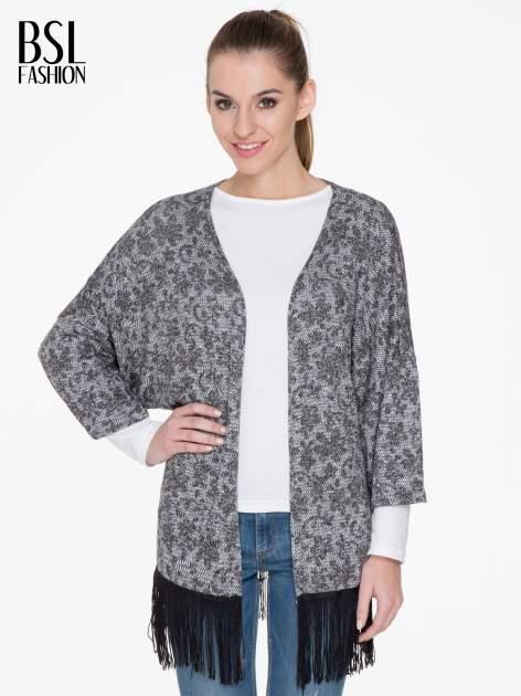 Żakardowy otwarty sweter narzutka o kroju kimona z frędzlami