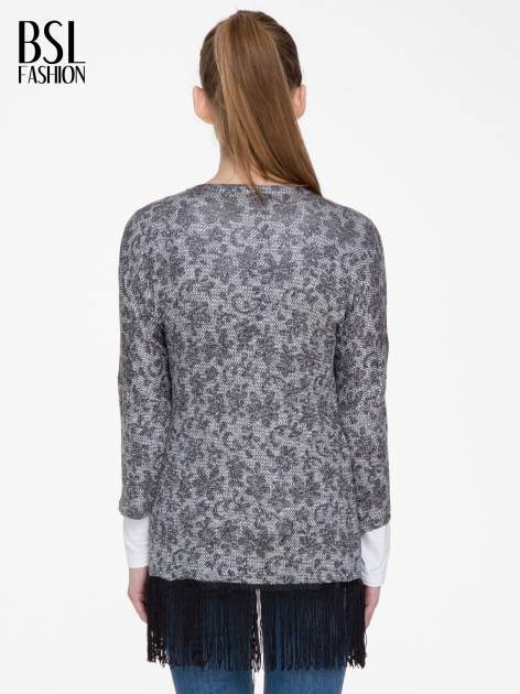 Żakardowy otwarty sweter narzutka o kroju kimona z frędzlami                                  zdj.                                  4