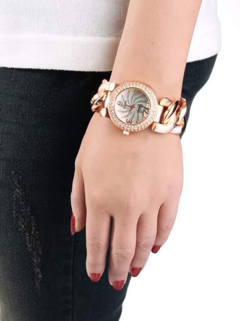 Zegarek damski na grubej bransolecie kopertą z różowego złota