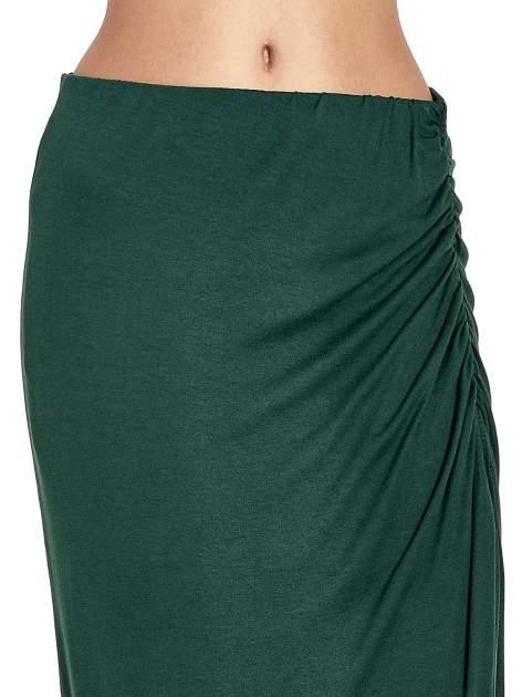 Zielona asymetryczna spódnica maxi z drapowaniem i rozporkiem z boku                                  zdj.                                  5