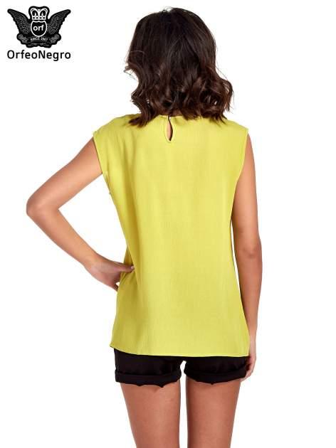 Zielona bluzka koszulowa z ozdobnym dekoltem z wycięciami                                  zdj.                                  4