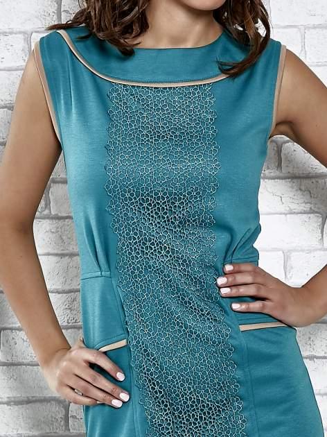 Zielona dopasowana sukienka z pionową aplikacją                                  zdj.                                  5