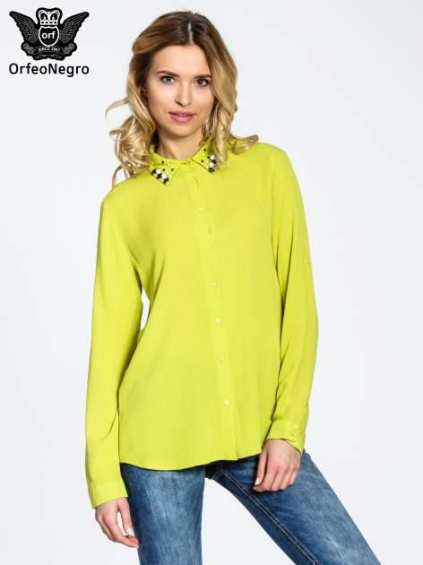 Zielona koszula z biżuteryjnym kołnierzykiem