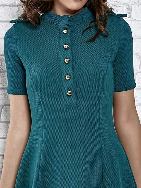 Zielona rozkloszowana sukienka ze złotymi guzikami                                  zdj.                                  6