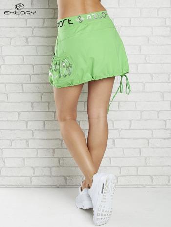 Zielona spódnica dresowa z nadrukami i troczkiem na dole                                  zdj.                                  2