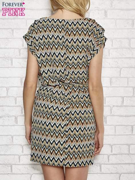 Zielona wzorzysta sukienka ze złotym plecionym paskiem                                  zdj.                                  4