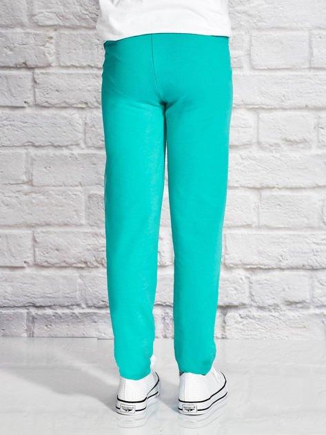 Zielone spodnie dresowe dla dziewczynki z nadrukiem kota                                  zdj.                                  2
